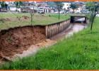 Devido as chuvas intensas que cai em Itabira, uma parte da lateral do Canal do Praia desabou