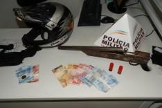 PM prende dois e apreende arma de fabricação caseira calibre 12 no bairro Jardim das Oliveiras