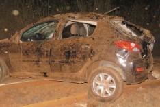 Luz alta pode ter sido a causa em que um jovem capotou seu Peugeot na Estrada Cento e Cinco