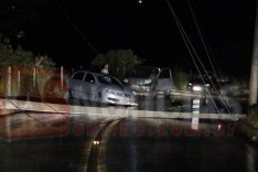 ACIDENTE: colisão contra poste de iluminação deixa veículos presos entre a fiação na Av. João Lage