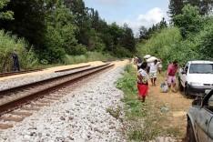 Populares recolhem grãos de soja derramado por trem na Estrada de Ferro Vitoria Minas