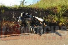 Dois ocupantes de motocicleta foram jogados em canaleta no bairro Aboboras em Itabira