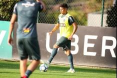 Elenco treina para o jogo contra o Internacional