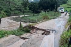 Forte chuva deixa comunidades rurais de Ferros isoladas devido erosão na cabeça de uma ponte