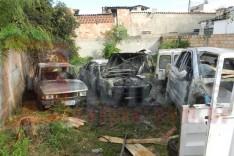 Deposito de sucatas pega fogo e dois carros velhos ficaram destruídos no bairro Praia
