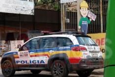 Bandidos armados em motocicleta assaltaram escritório de areal no bairro Água Fresca em Itabira