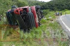 Policia rodoviária prende saqueadores de carga em mais um tombamento de carreta em Capoeirana