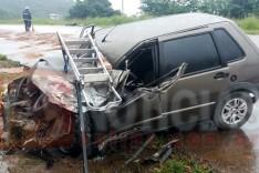 Dois homens foram socorridos depois de colidir Fiat Uno contra caminhão na AMG-900 no bairro Conceição em Itabira