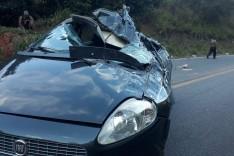 Mulher fica ferida após seu carro ser atingido por tombamento de carreta na MGC-120 em Capoeirana