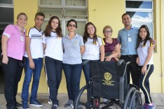 Rotary Estrada Real e alunos do CNSD entregam cadeira de rodas ao HNSD