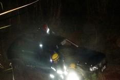 Mulher sai ilesa após capotar Fiat Uno e cair em ribanceira na rodovia MGC-120 próximo da Rocinha