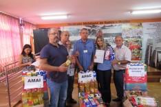 Apae de Itabira recebe alimentos do Metabase que foram entregues a entidades beneficentes