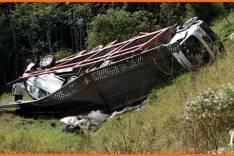 Caminhão cegonha cai em ribanceira com quatro veículos novos na Estrada de Nova Era