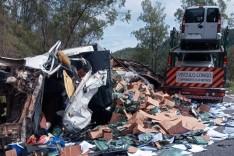 Acidente entre caminhão e carreta, interdita a BR-381 nesta manhã em João Monlevade