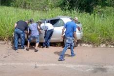 Motorista fica ferido depois de colidir Celta contra micro-ônibus na MG-436 em Barão de Cocais