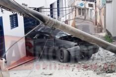Motorista em um Gol perde freios e derruba poste de iluminação na Rua Esmeralda em Itabira