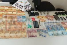 PM prende suspeitos de envolvimento com crimes com drogas, dinheiro e munições no bairro Nova Vista em Itabira
