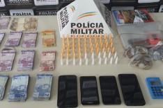 PM apreende 60 pinos de cocaína e prende três por tráfico em João Monlevade