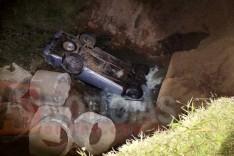 Idoso de 63 anos despenca com caminhonete em ribanceira na MG-123