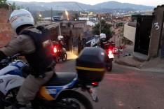 Homem é preso pela PM suspeito de trafico de drogas na rua Sete no bairro Fênix