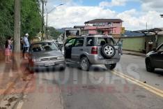 Suspeito de embriaguez bate EcoSport contra outros veículos no bairro Areão e foge do local em Itabira