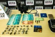 Homem é preso com quase 30 buchas de maconha e R$ 2 mil