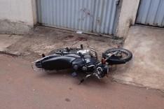 Motoqueiro inabilitado fica ferido ao colidir moto contra veiculo no Jardim das Oliveiras