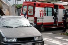 Dois ocupantes de uma moto foram socorridos ao pronto-socorro depois de acidente próximo da CEMIG