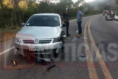 Um grave acidente entre uma motocicleta e um Gol deixou um casal ferido na MGC-120 em Ferros