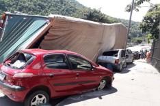 Carreta tomba e atinge vários veículos em frente à ArcelorMittal em João Monlevade