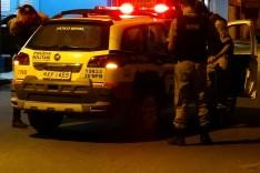 Bandidos armados com uma faca tentam assaltar idoso que revida e coloca dupla para correr no bairro Gabiroba