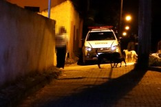 Madrugada de tiros próximo da quadra de esporte no bairro Clóvis Alvim II, portão de casa foi perfurado