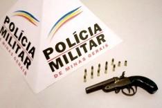 PM prende homem com arma de fogo escondida em veiculo em Passabém