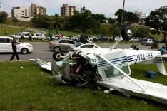 Avião monomotor cai em gramado próximo ao Estadio Ipatingão em Ipatinga