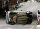 Mulher perde o controle da direção de seu carro bate em barra de ferro e capota no túnel de acesso ao São Bento