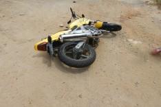MG-129: Motociclista sofre fratura na perna depois de colidir moto contra caminhão da Belmont no Girau