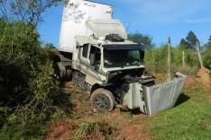 Caminhoneiro sai ileso ao descer ribanceira com carreta Scania no Barro Branco em Itabira