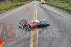 Colisão entre caminhão e moto deixa mulher inconsciente na MG-129 próximo ao Parque de Exposições