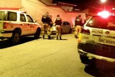 PM prende dois suspeitos de vender drogas em porta de uma festa de republica
