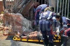 Homem fica ferido após pular de carreta desgovernada que atingiu casas no bairro Aboboras em Itabira