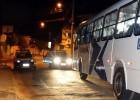 BANDIDOS USANDO FACAS ASSALTAM ÔNIBUS DA CISNE EM PONTO NO BAIRRO PEDREIRA