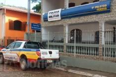 Policia Militar de Ferros prende mulher suspeita de furtar celular e dinheiro enquanto homem dormia em uma residência