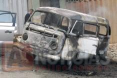 Kombi dos Correios incendeia e parte das encomendas ficaram destruídas no Beco do Calvário em Itabira