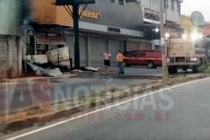 Bombeiros são acionados para combater incêndio em deposito de pneus na Osório Sampaio em Itabira
