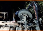 Caminhão carregado com papel reciclável tomba na MGC-120 Estrada de Nova Era e dois homens ficam feridos