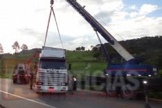 Carreta que desceu ribanceira no Barro Branco é retirada na rodovia MG-129 em Itabira