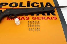 Rodoviários prendem dois suspeitos com arma de fogo e munição na MG-129 em Santa Barbara