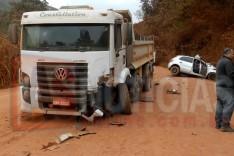 Mais um gravíssimo acidente entre caminhão e Gol foi registrado na Estrada do Piçarrão em Santa Maria de Itabira