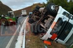 Acidente na MGC-120 Estrada de Nova Era Rodoviários mantiveram presente evitando saque de carga avaliada em R$ 400 mil reais