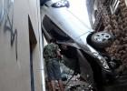 Mulher fica ferida após capotar Corolla dentro do Beco do Calvário em Itabira